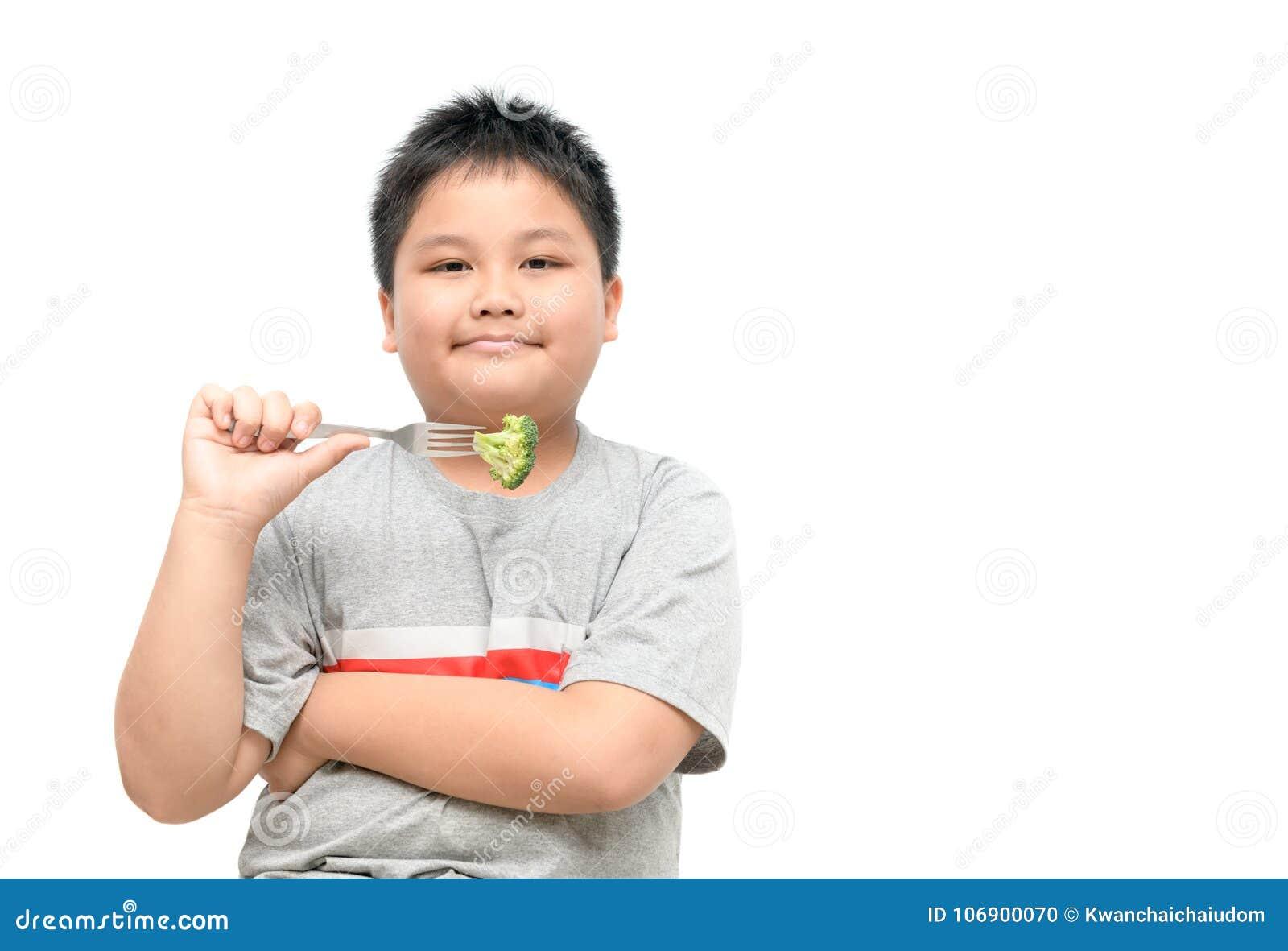 Otyła gruba chłopiec z brokułami na ręce odizolowywającej
