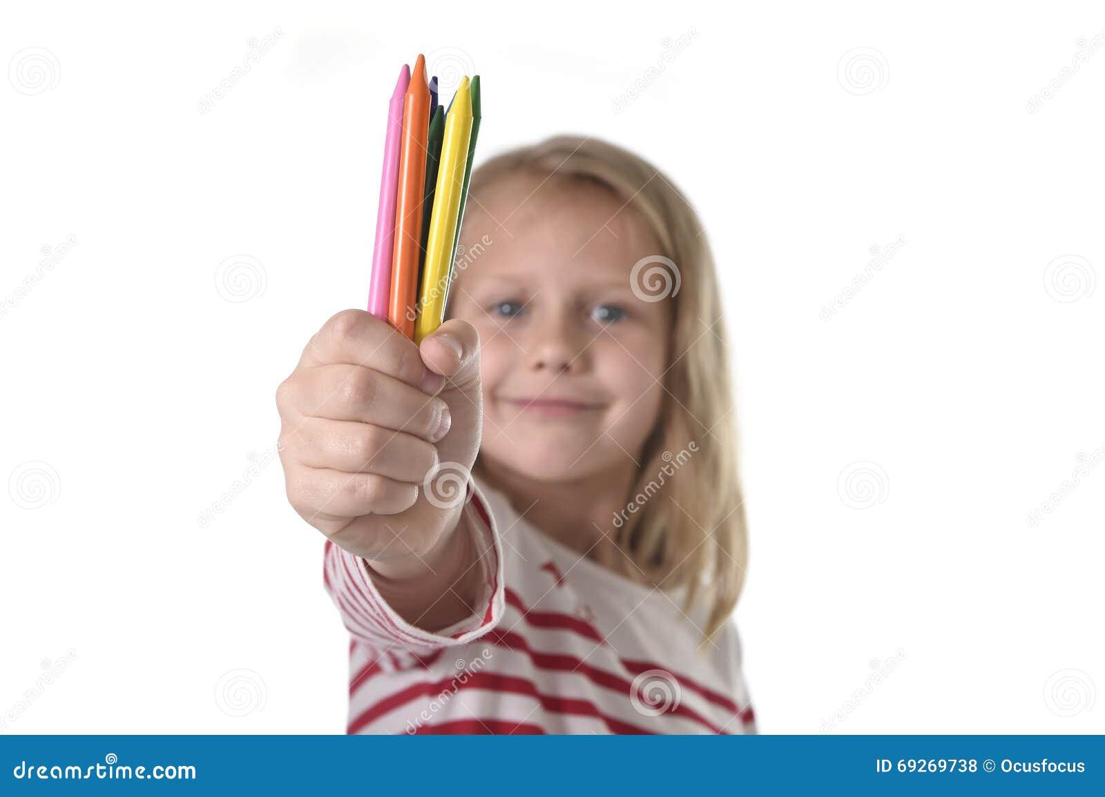 6 ou 7 années de belle petite fille tenant les crayons multicolores ont placé dans le concept d éducation d écoliers d art