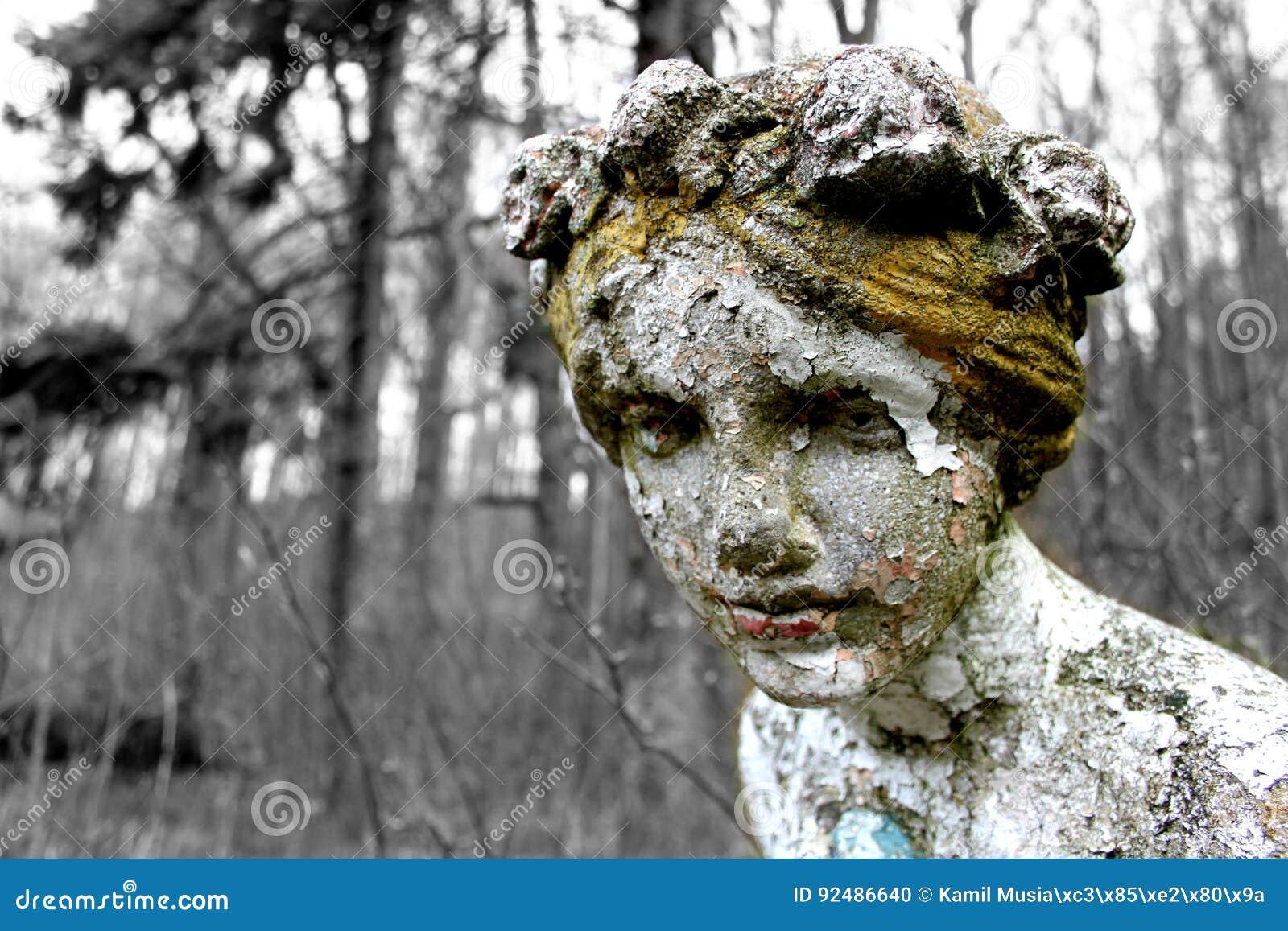 Oublié en statue en bois