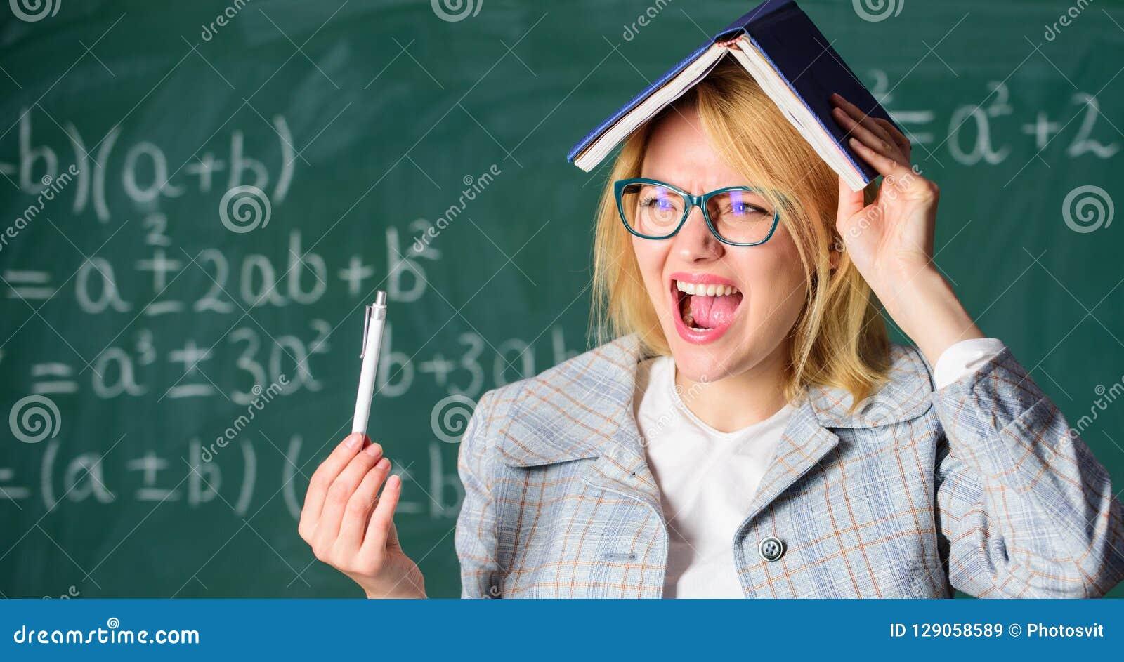 Oubliez l information importante Maintenez dans la mémoire Améliorez la compétence de mémoire Professeur de femme avec le livre c