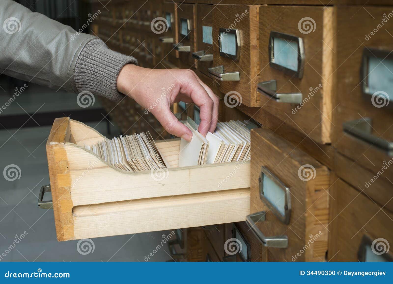Oud archief met laden
