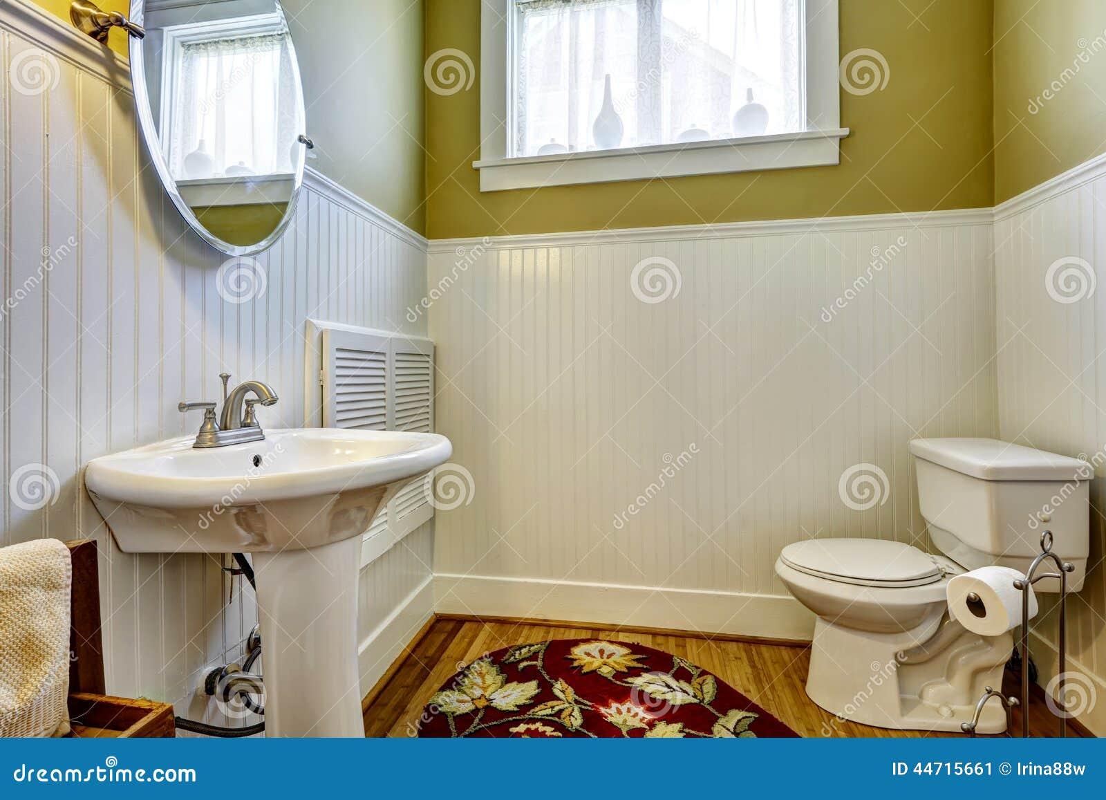 Oud badkamersbinnenland met groene muur en de witte versiering van het ...