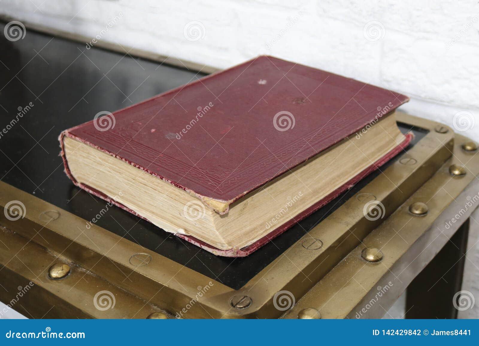 Oud boek in een rode dekking