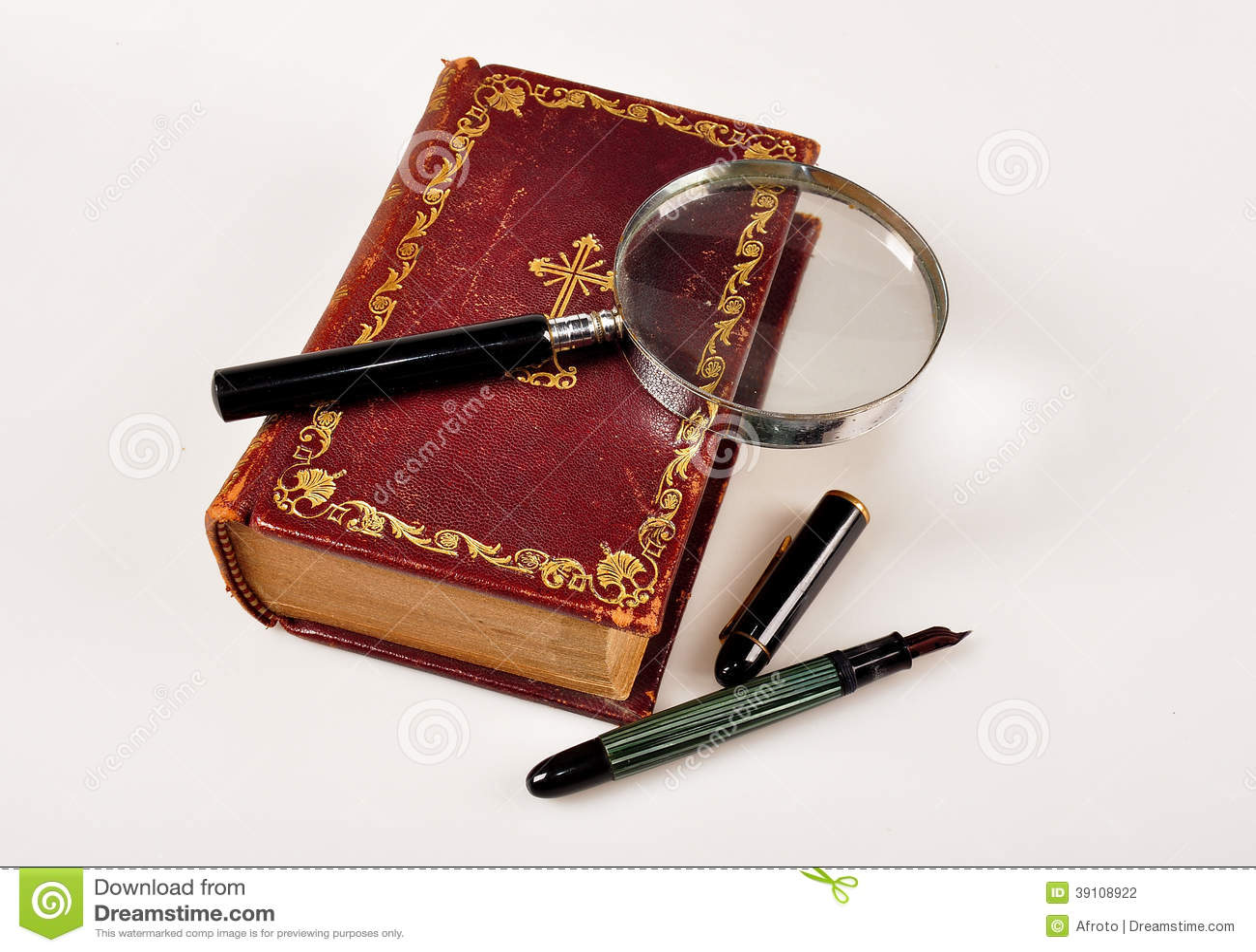 Oud boek, pen en magnifie