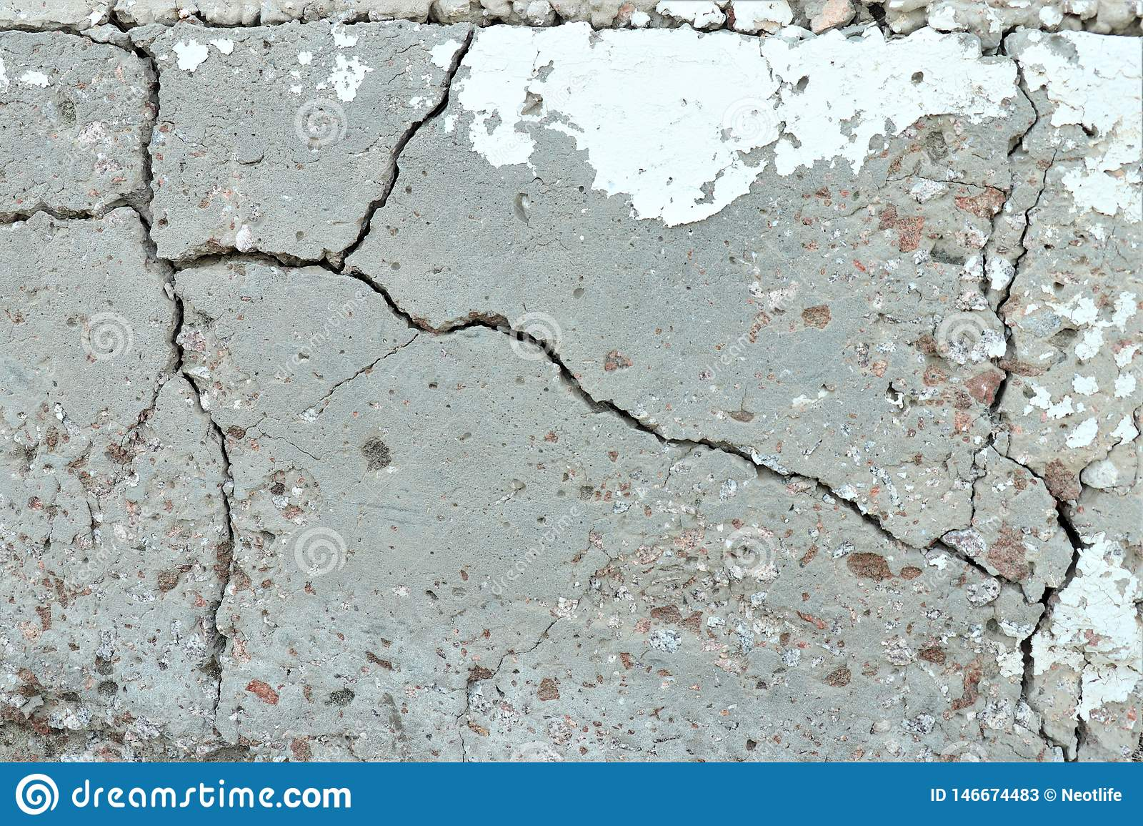 Oud craced grijze cementmuur