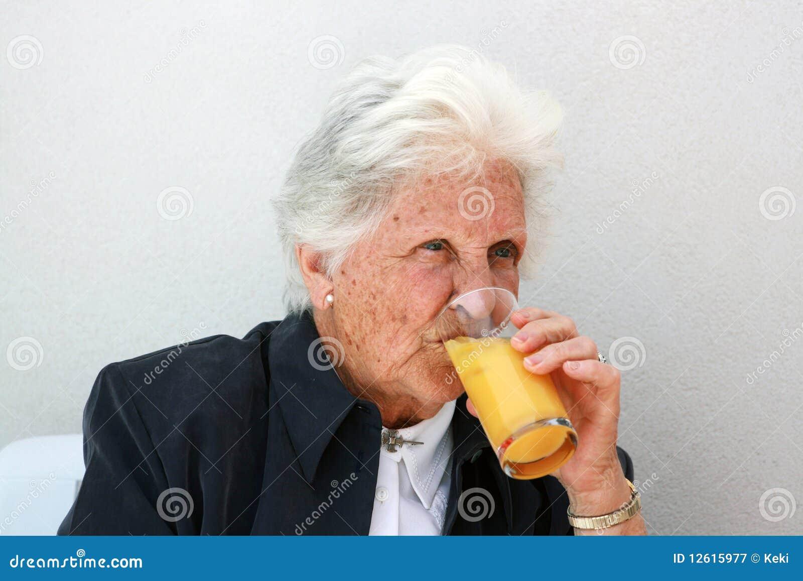 Oud dame het drinken jus d orange