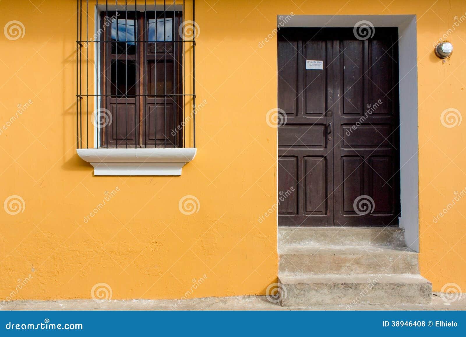 Oud die huis goed in antigua guatemala wordt gerenoveerd stock