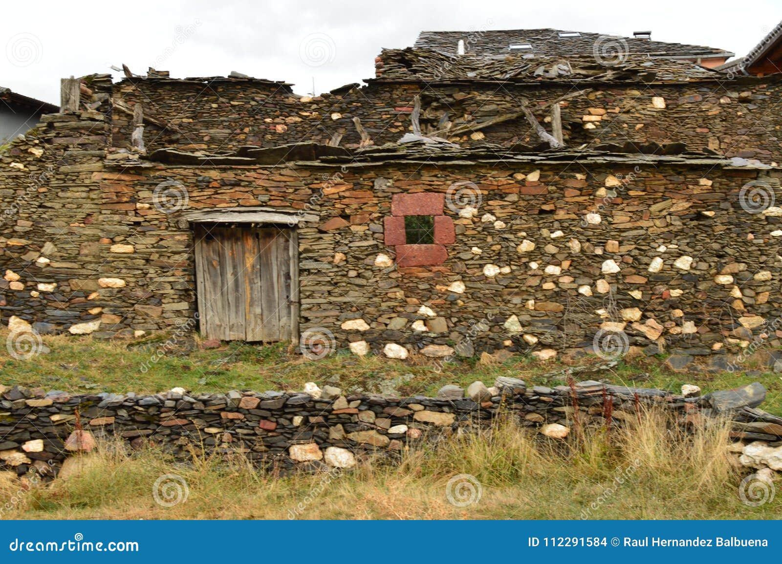 Oud die Huis van de 18de Eeuw praktisch in Becerril wordt vernietigd De Reis van de gebouwenarchitectuur