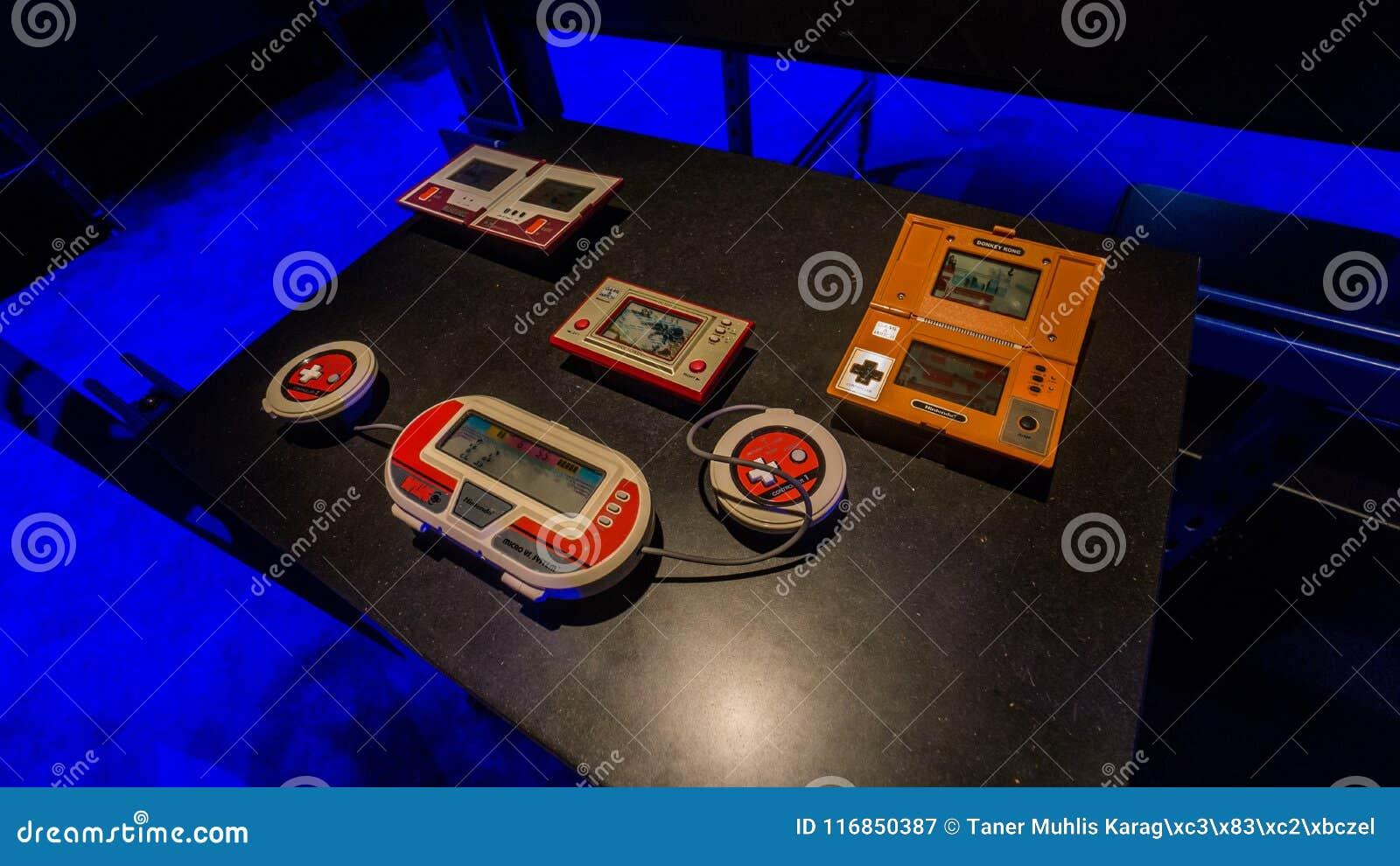 Oud draagbaar Nintendo-spelhorloge Mario Bros, Ezel Kong, Octopus in Istanboel, Turkije, in Digitale Revolutietentoonstelling