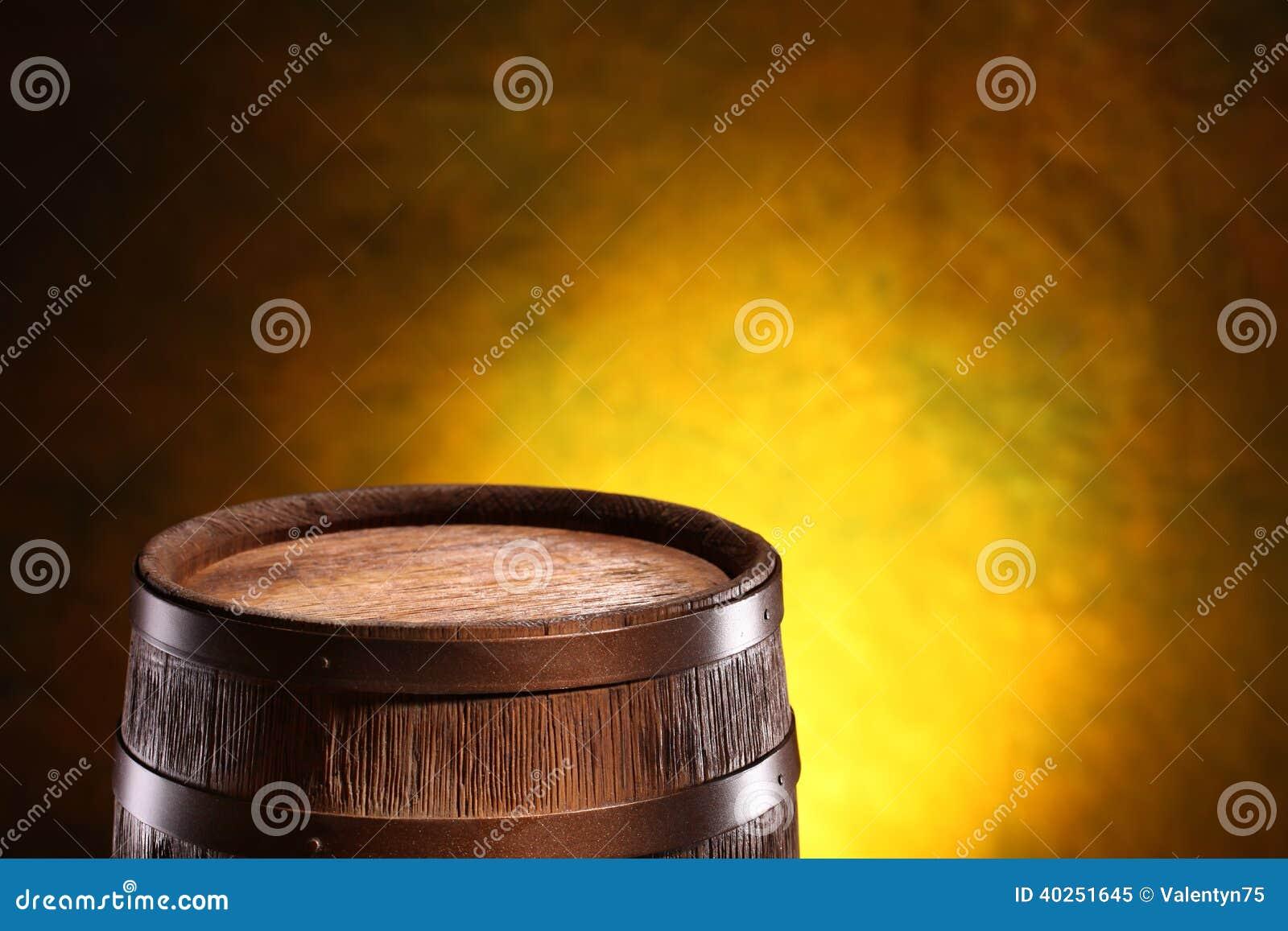 Oud eiken vat op een houten lijst Achter vage donkere achtergrond