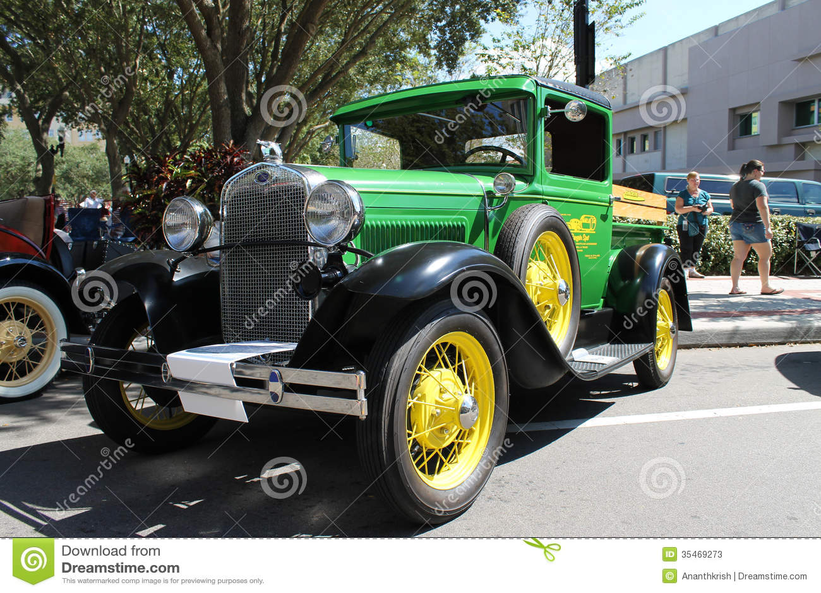 oud ford pickup truck bij de auto toont redactionele stock foto afbeelding 35469273. Black Bedroom Furniture Sets. Home Design Ideas