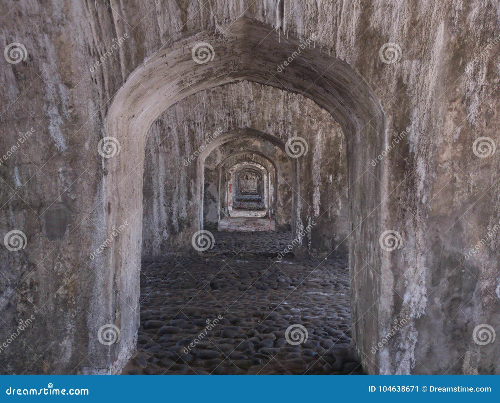 Download Oud Fort Met Zout In Het Dak Stock Afbeelding - Afbeelding bestaande uit geschiedenis, stenen: 104638671