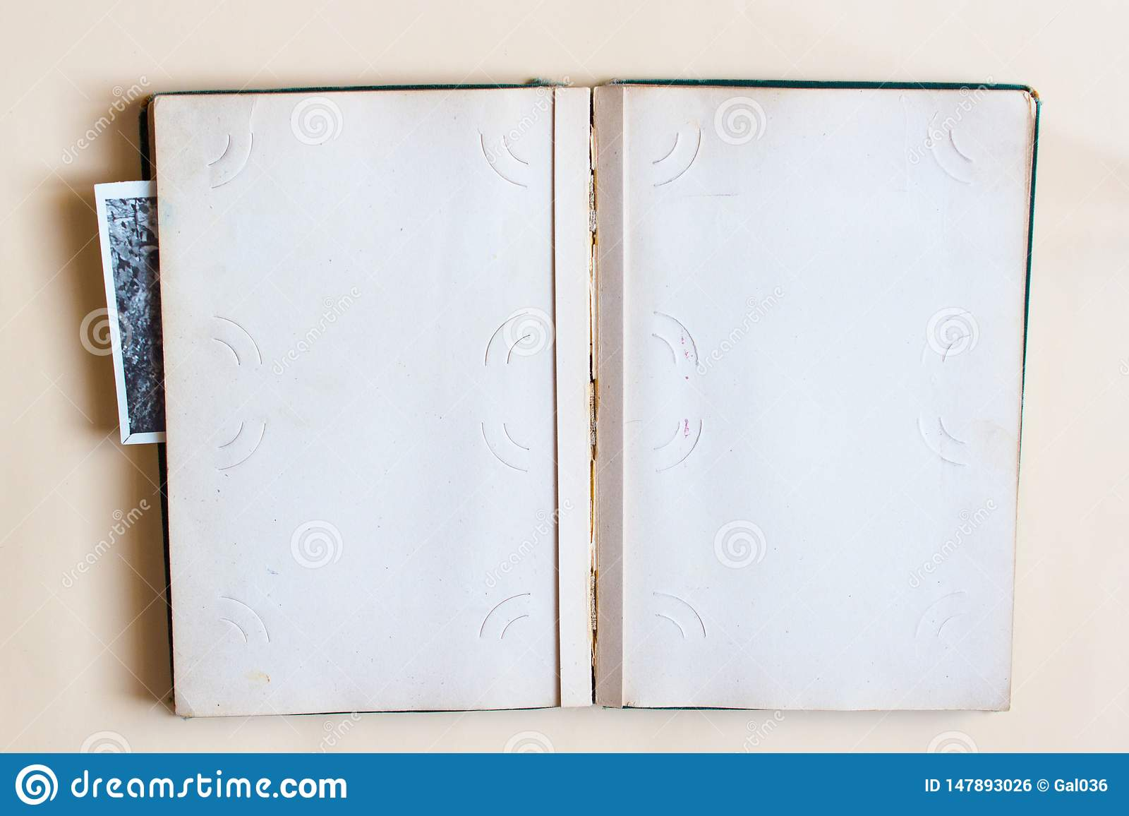 Oud fotoalbum met open pagina met kaders en foto s Hoogste mening