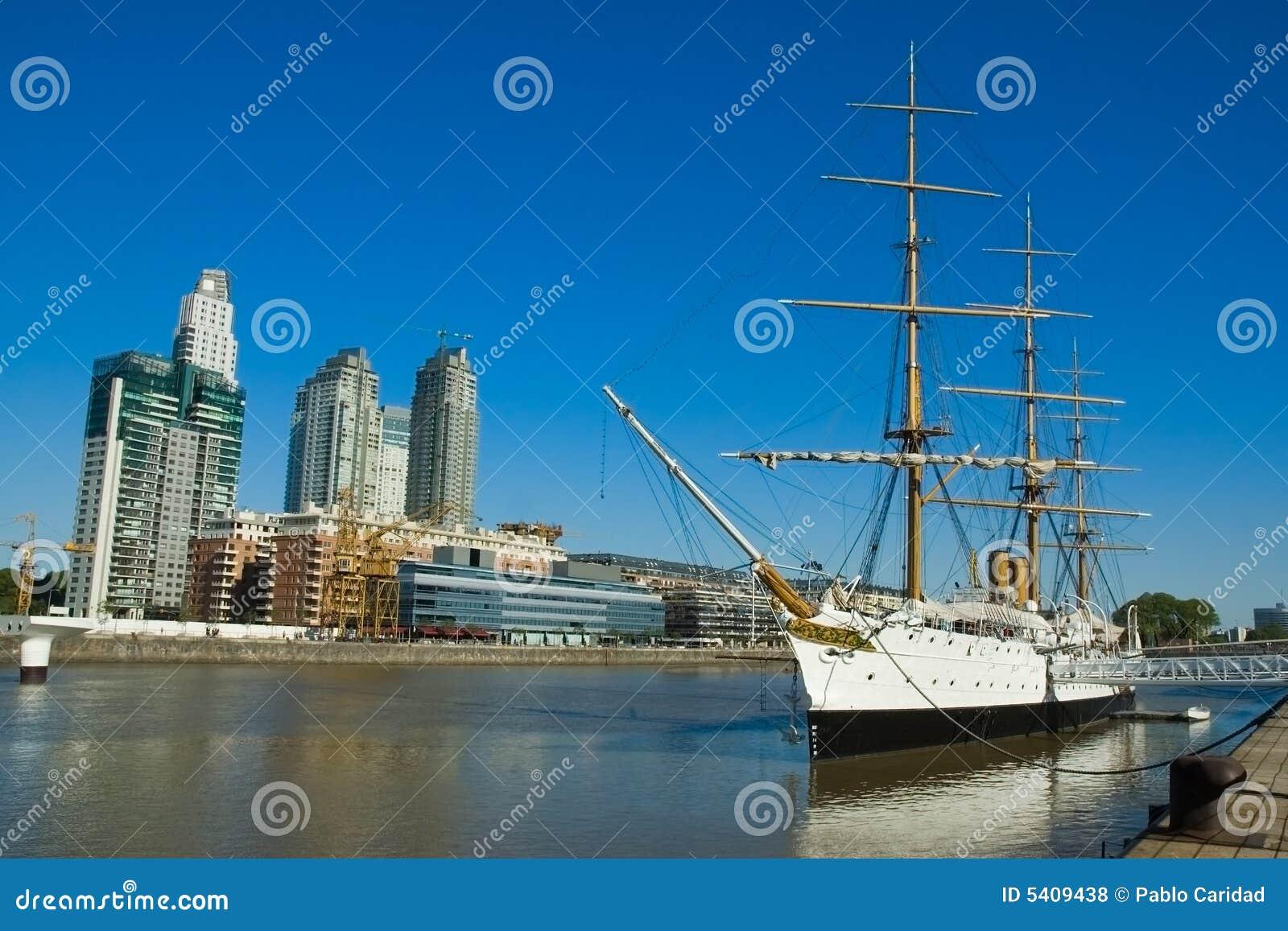 Oud fregat. De haven van Buenos aires.