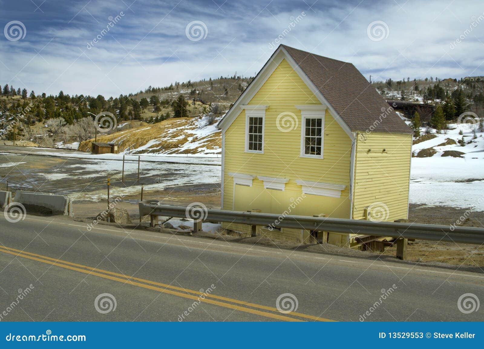 Oud geel huis stock foto 39 s afbeelding 13529553 - Oud huis ...