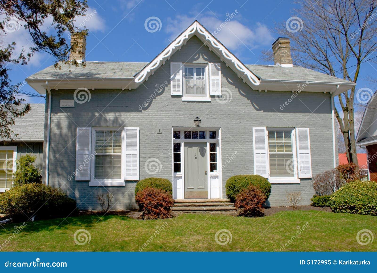 oud grijs huis stock afbeelding afbeelding bestaande uit gras 5172995. Black Bedroom Furniture Sets. Home Design Ideas