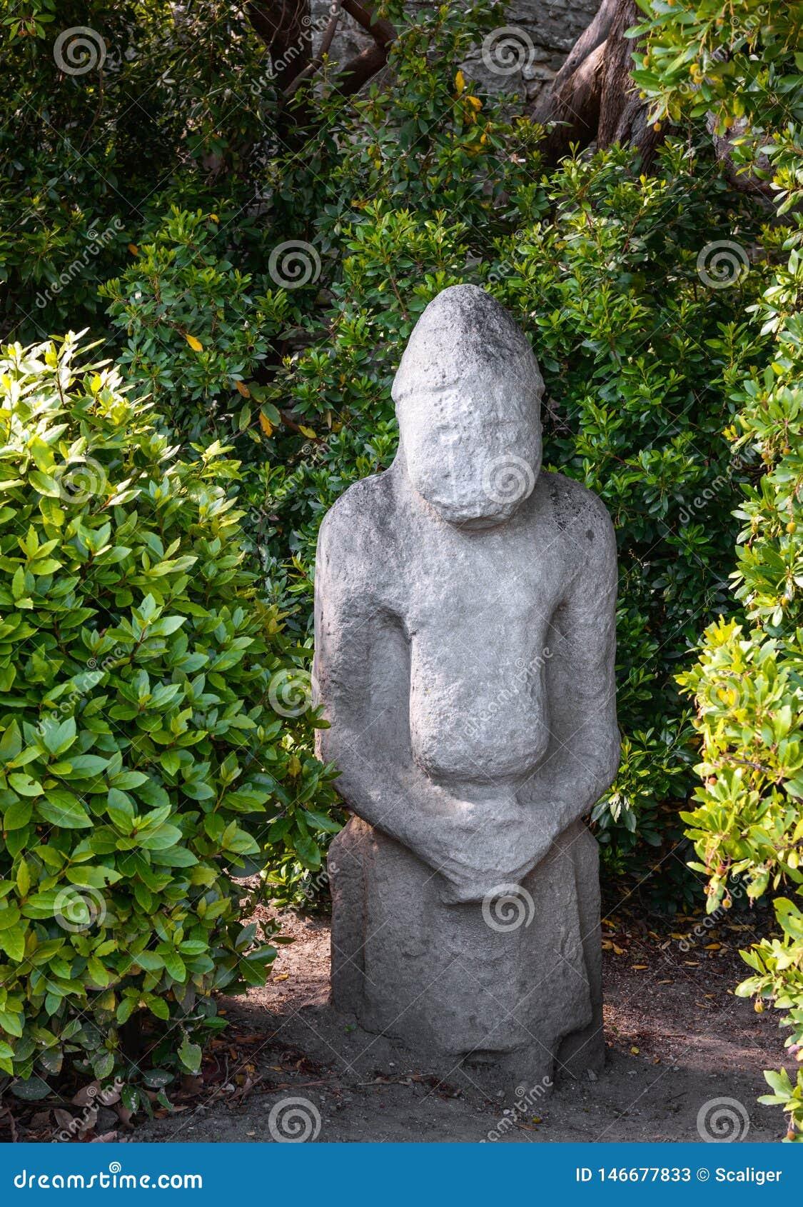 Oud heidens idool in bos