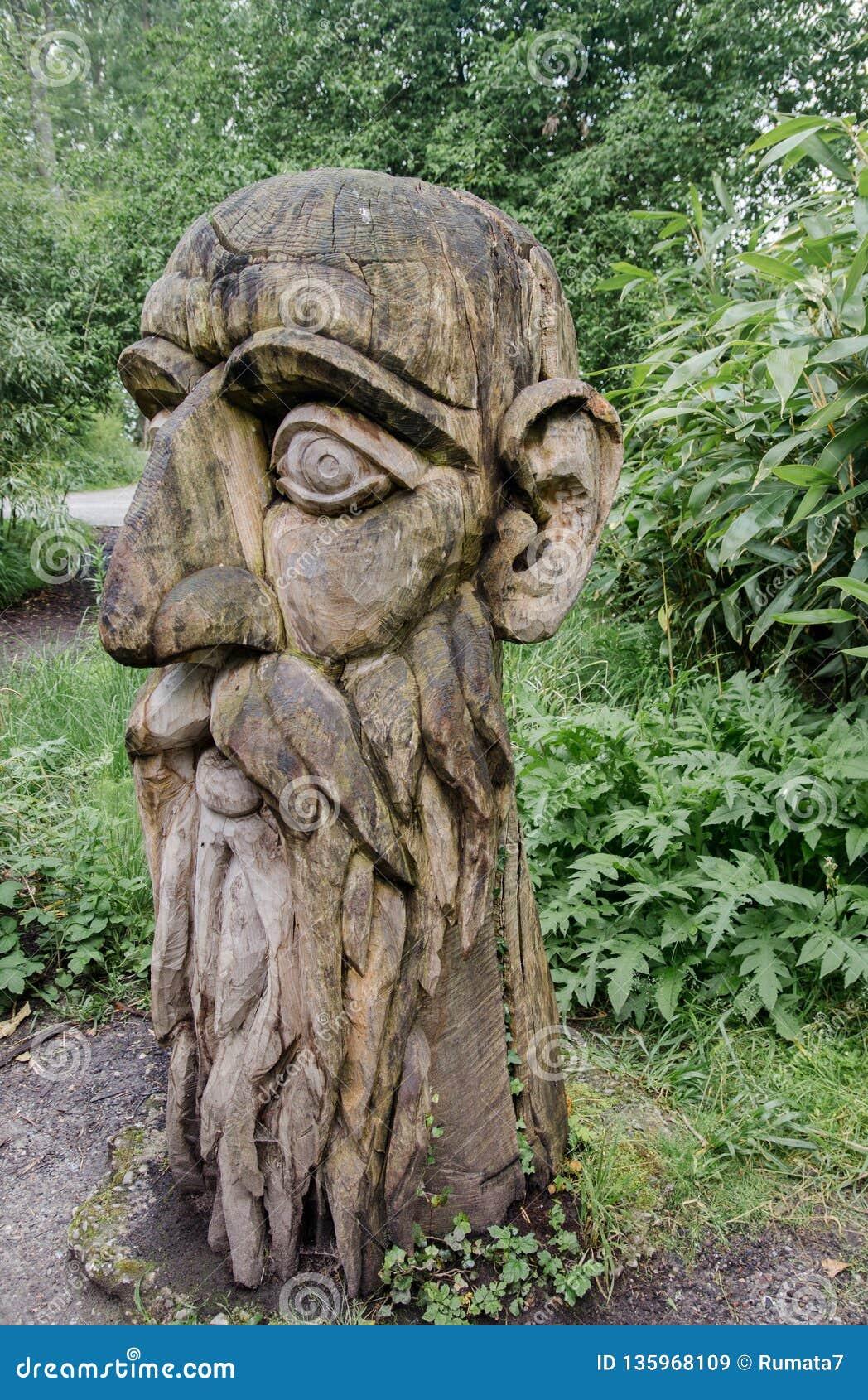 Oud houten beeldhouwwerk bij Mainau-eilandtuin