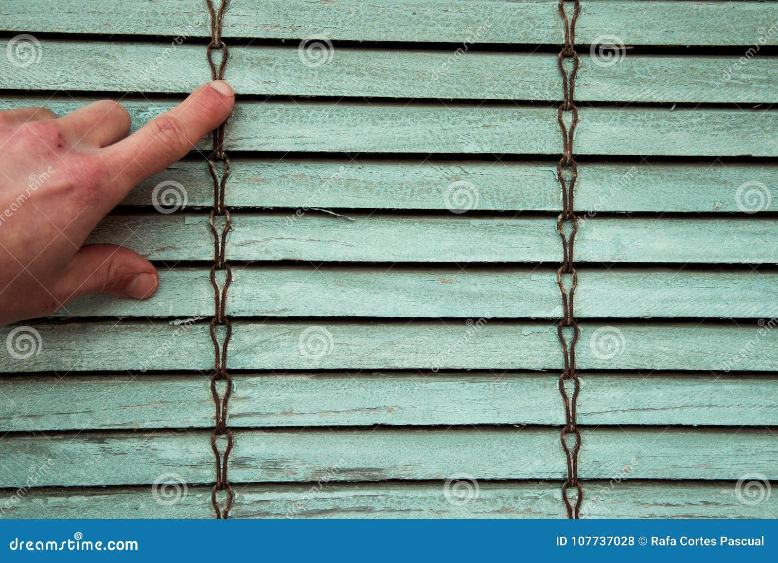 Oud houten blind met één hand het richten Texturen en backgrou