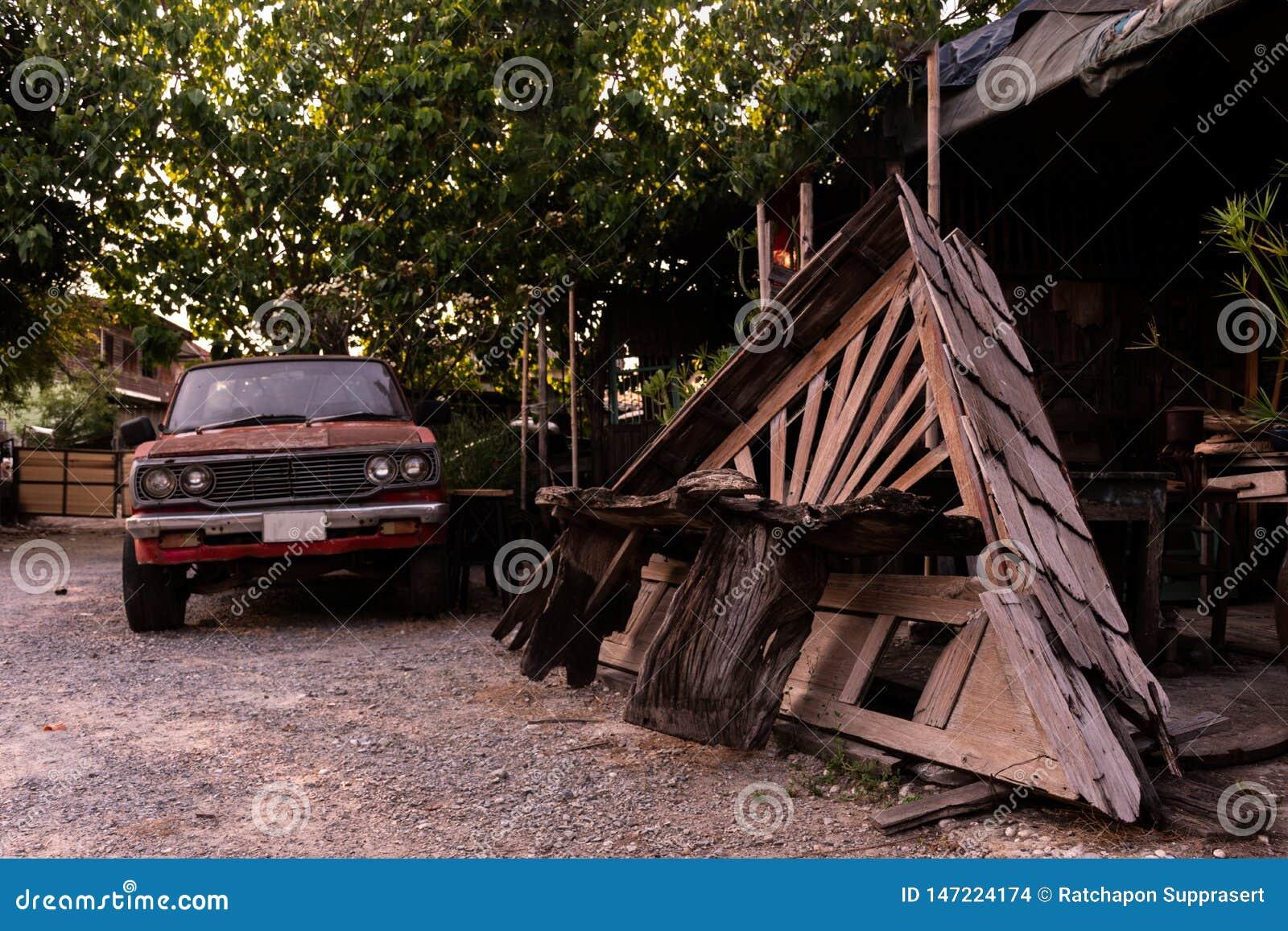 Oud houten dak in garage