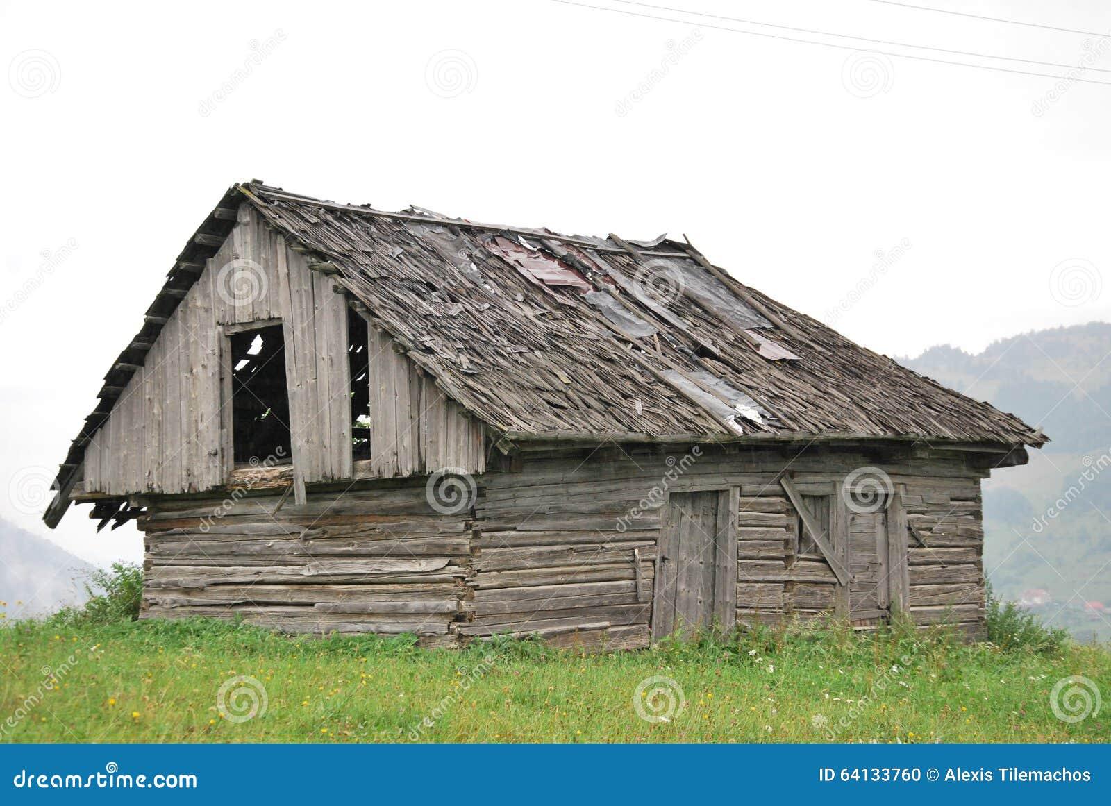 Oud houten huis stock foto afbeelding 64133760 - Oud huis ...