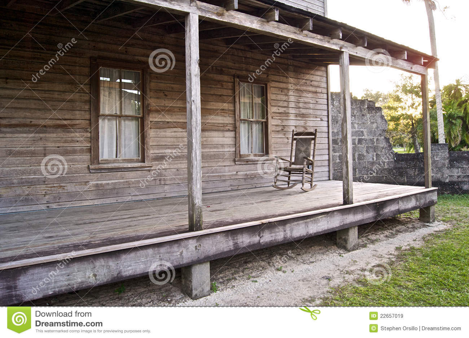 Oud houten huis met schommelstoel royalty vrije stock afbeeldingen afbeelding 22657019 - Oud huis ...