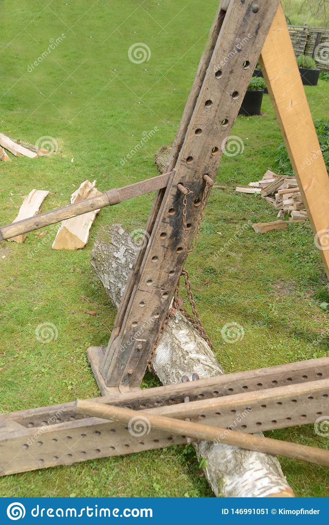 Oud houten logboekhijstoestel in gebruik