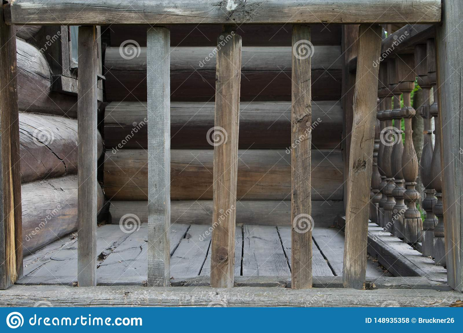 Oud houten traliewerk dichtbij het huis