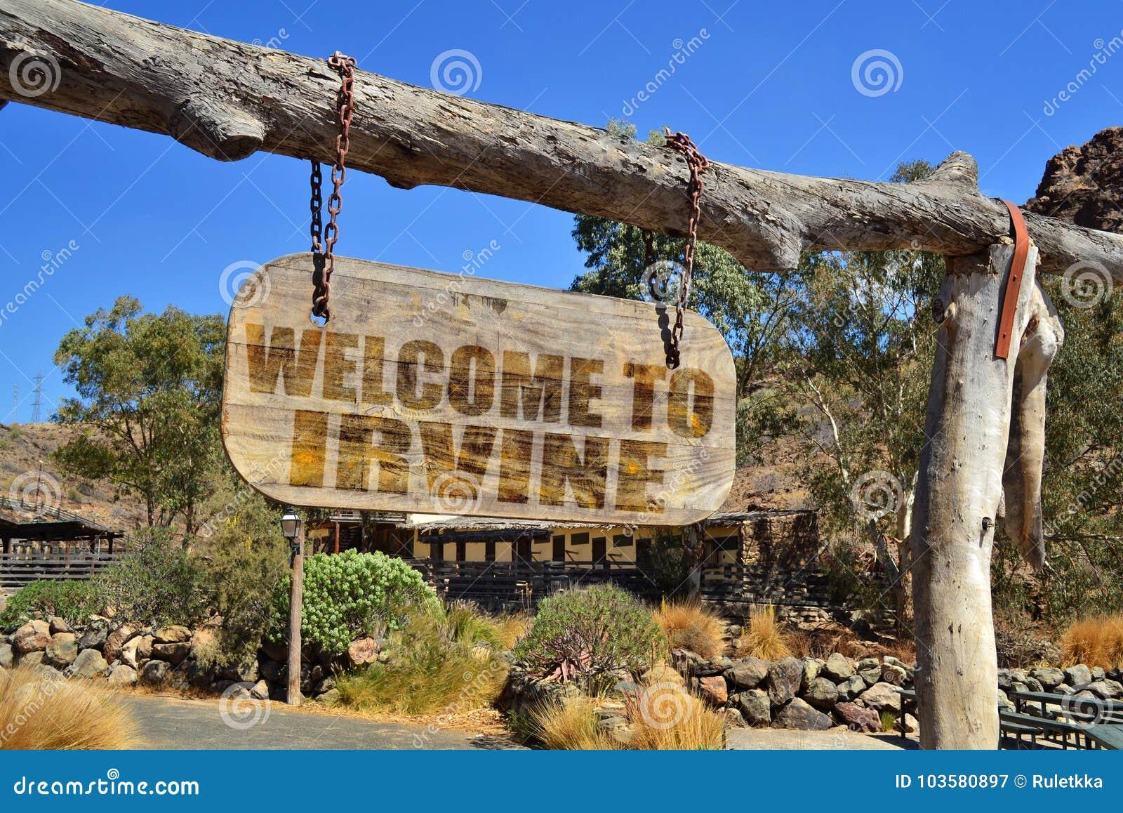 Oud houten uithangbord met tekstonthaal aan Irvine het hangen op een tak