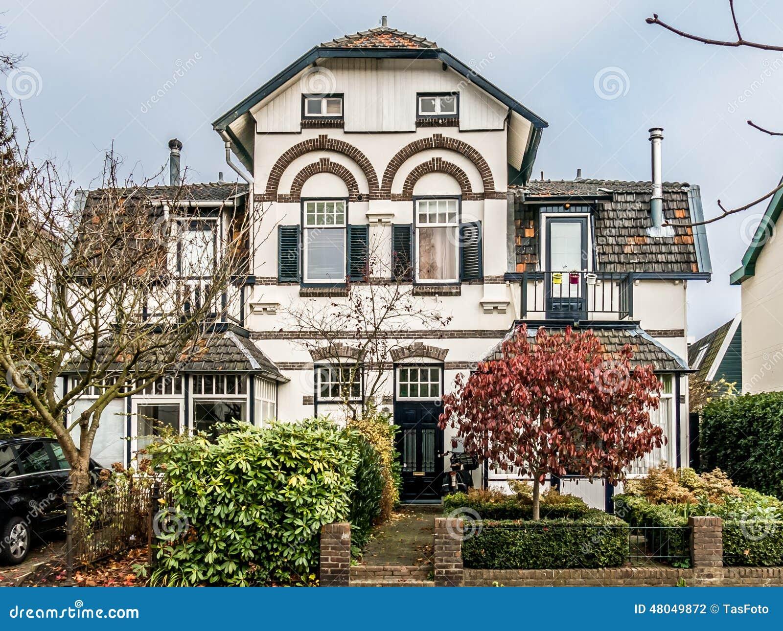 Oud huis in hilversum holland redactionele fotografie afbeelding 48049872 - Foto huis in l ...