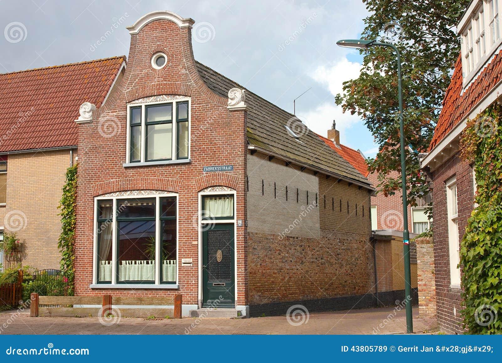 Oud huis met een nederlandse geveltop stock afbeelding