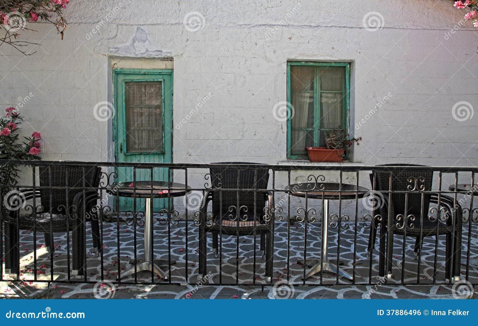 Oud huis met terras en meubilair, Griekse eilanden