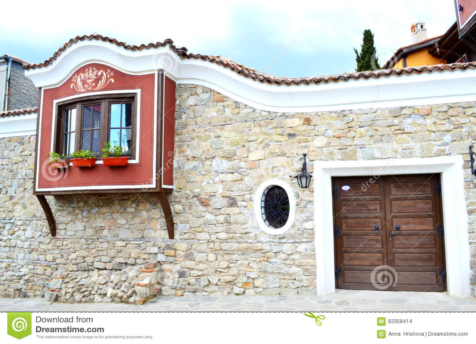 Oud huis met witte blinden stock foto afbeelding bestaande uit facade 63358414 - Oude huisdecoratie ...