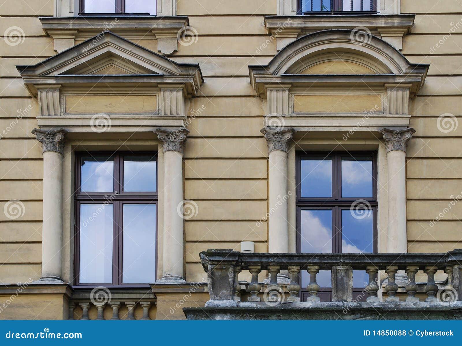 Oud huis op het belangrijkste vierkant in krakau stock foto afbeelding 14850088 - Oud gerenoveerd huis ...