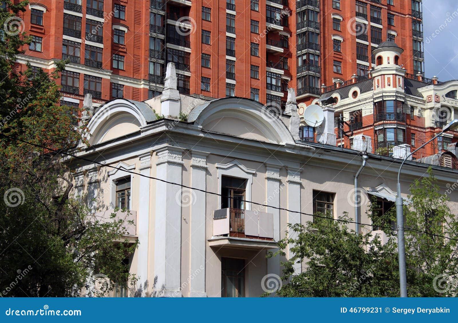 Oud huis tegen modern stock afbeelding. afbeelding bestaande uit