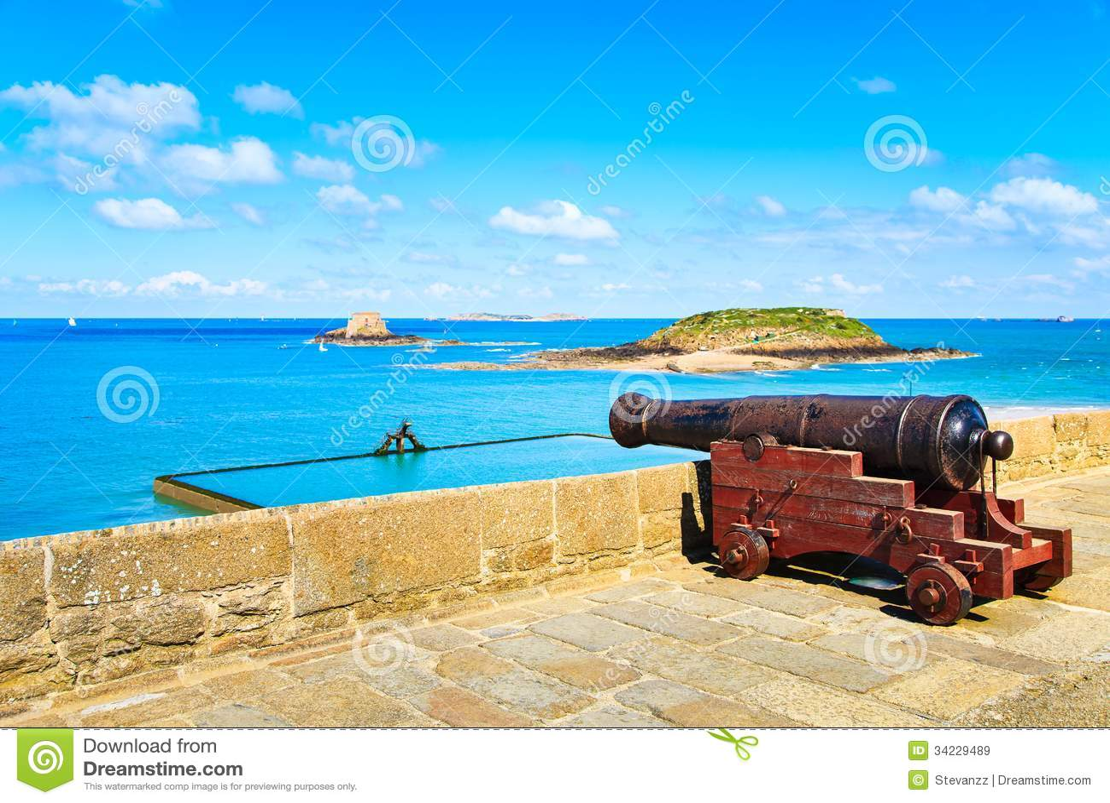 Oud kanon langs de muurborstweringen en fort van Heilige Malo
