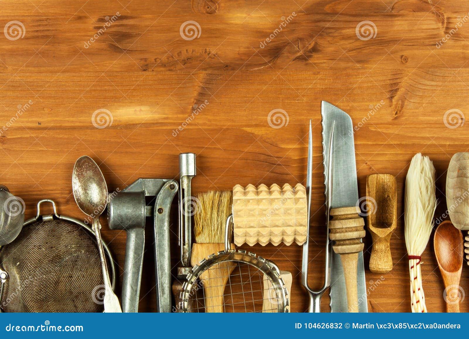 Download Oud Keukengerei Op Een Houten Raad Verkoop Van Keukenmateriaal Chef-kok` S Hulpmiddelen Stock Foto - Afbeelding bestaande uit colander, menu: 104626832