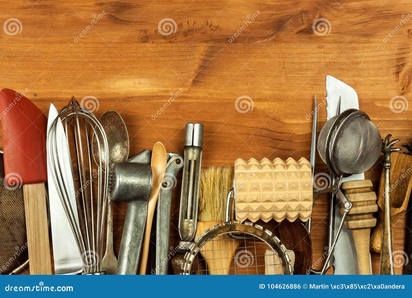 Download Oud Keukengerei Op Een Houten Raad Verkoop Van Keukenmateriaal Chef-kok` S Hulpmiddelen Stock Foto - Afbeelding bestaande uit vork, binnenlands: 104626886