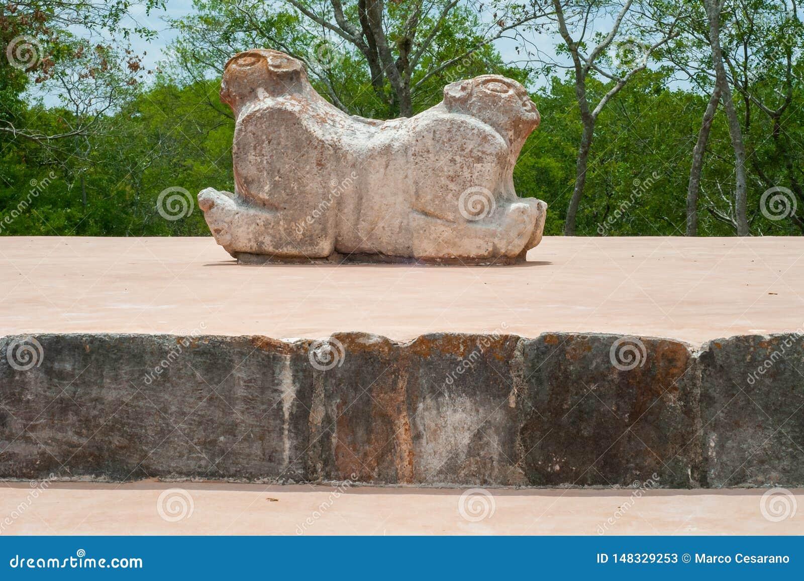 Oud Mayan standbeeld, dat een jaguar met twee hoofden symboliseert