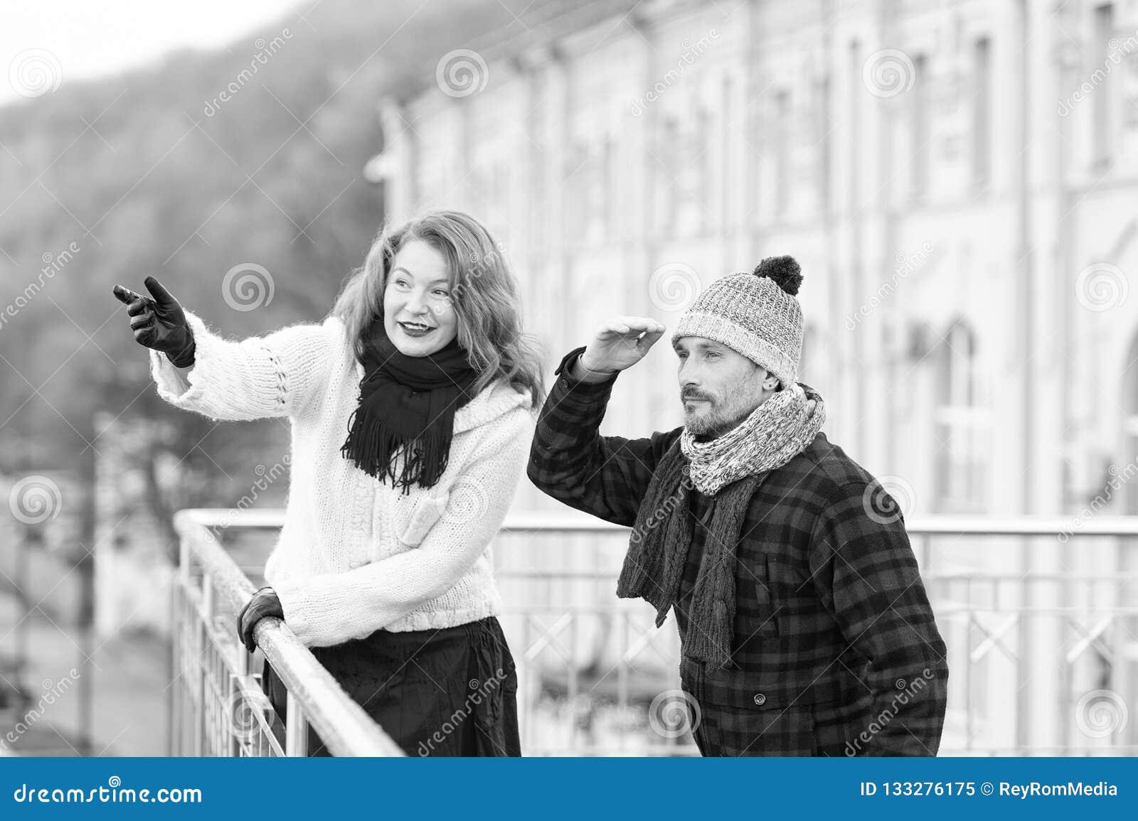 Oud paar die vrienden op overkant van brug zoeken Kerel die binnen ver eruit zien Geglimlachte vrouw die met de hand richten