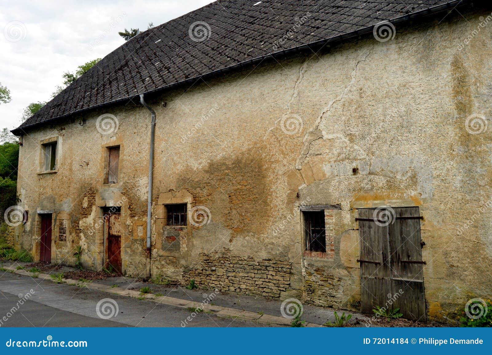 Oud steenlandbouwbedrijf met koeiestallen