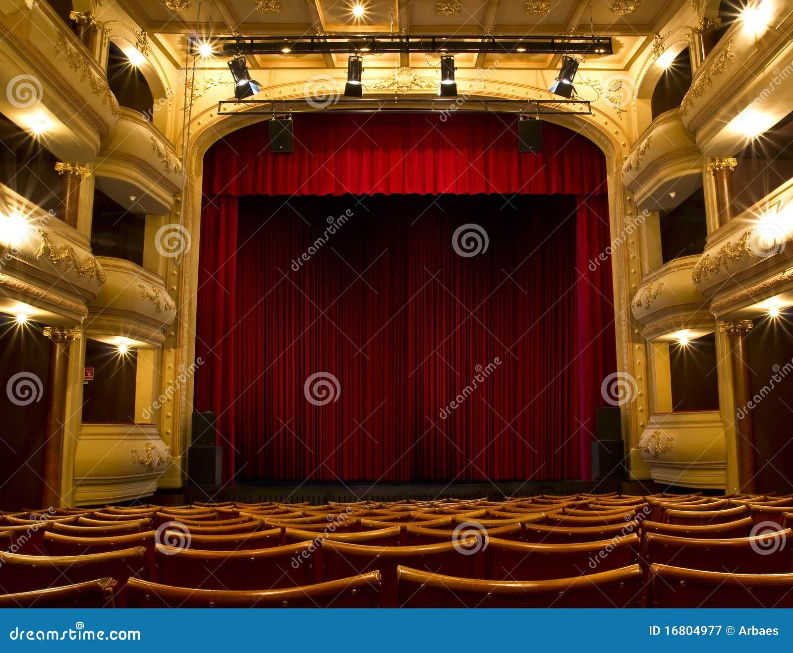 Oud theaterstadium en rood gordijn