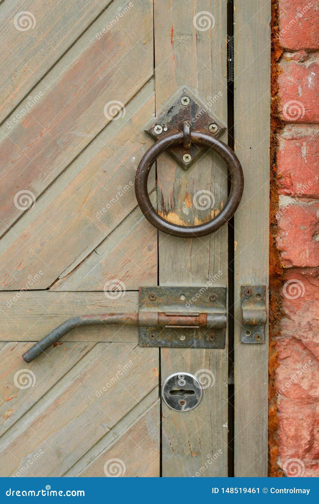 Oud uitstekend deurhandvat op een houten deur