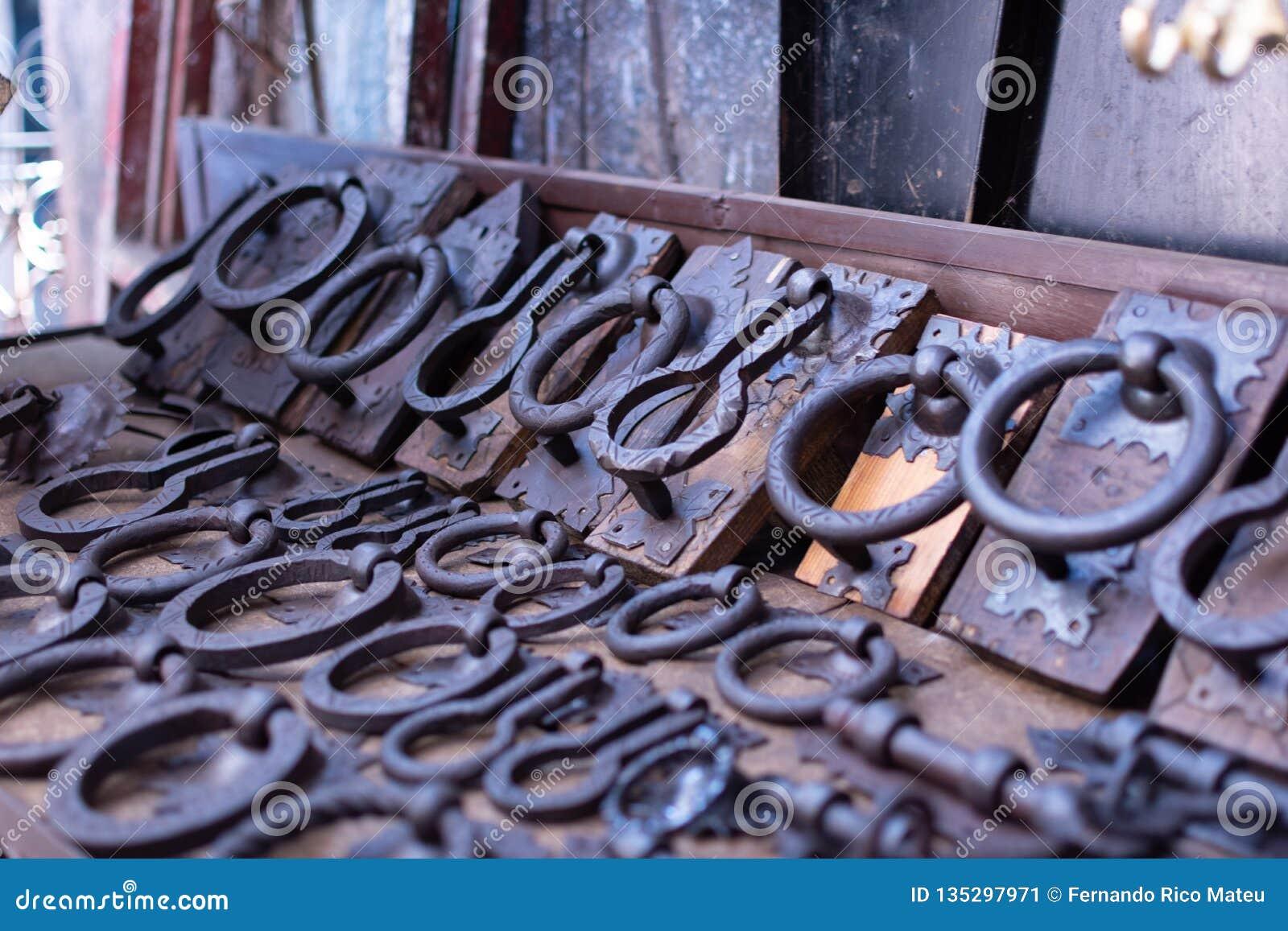 Oud uitstekend deurhandvat in verschillende vormen voor verkoop in markt in Marrakech, Marokko antiquiteit