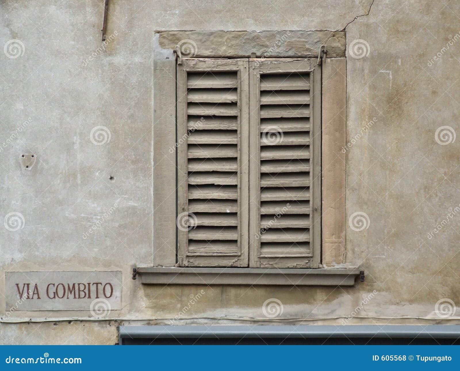 Oud venster in een stad dichtbij Milaan