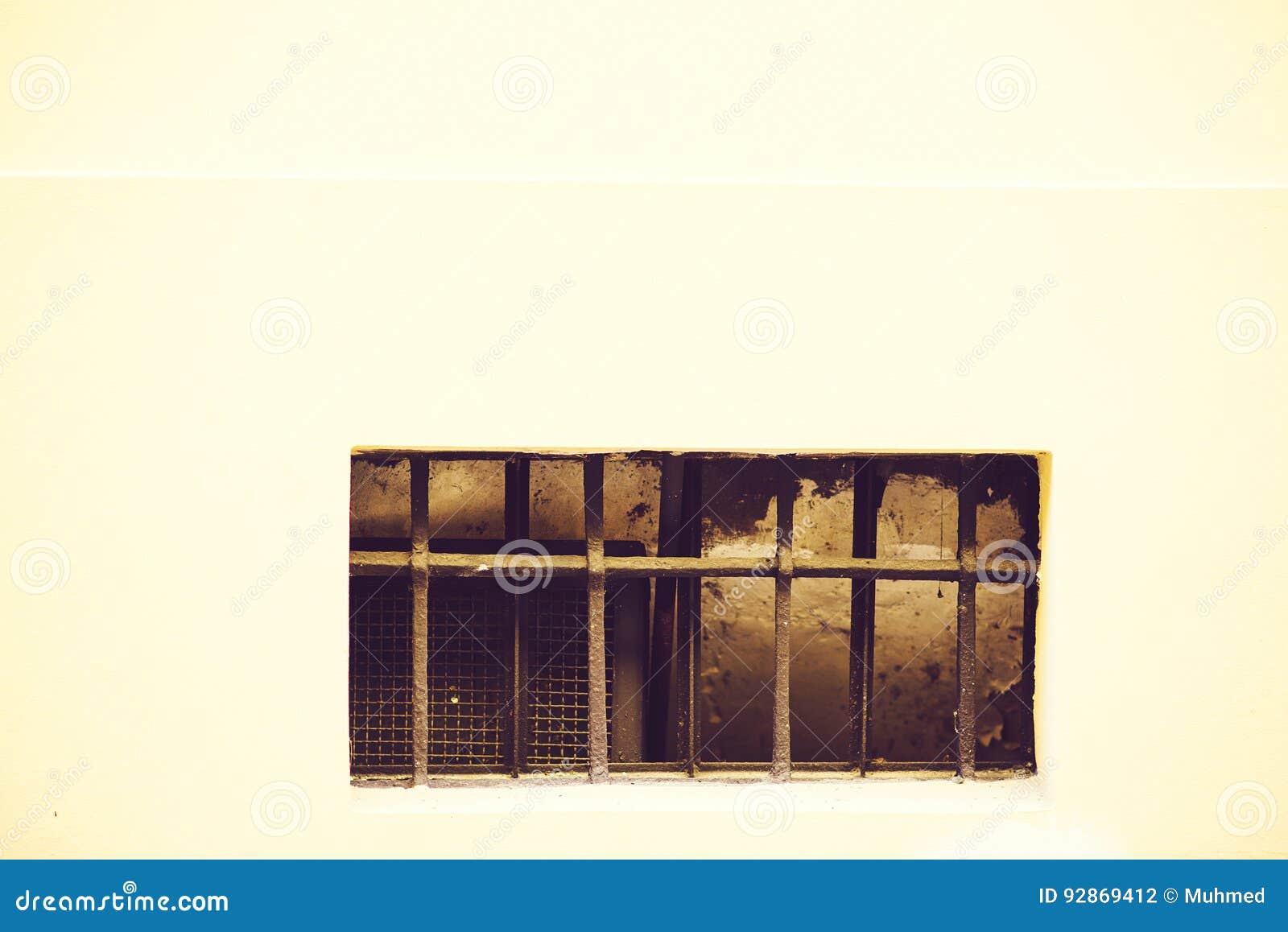 Oud venster met een rooster