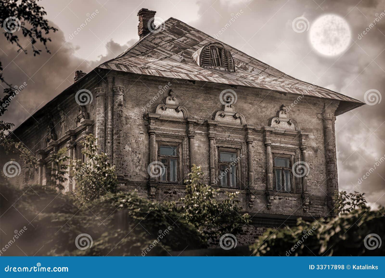 Oud verlaten leeg huis in bos stock foto afbeelding 33717898 - Foto huis in l ...