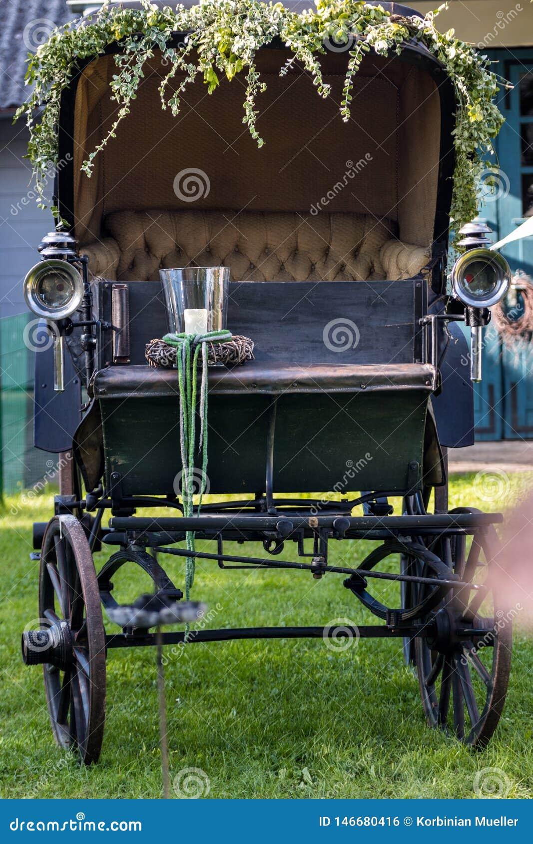 Oud vervoer in een weide