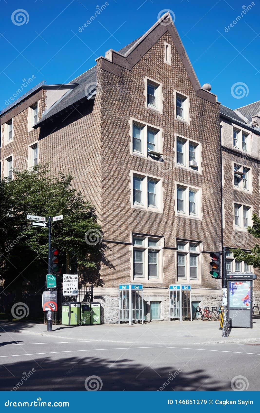 Oud victorian baksteenhuis in Montreal, Quebec, Canada op een zonnige de zomerdag