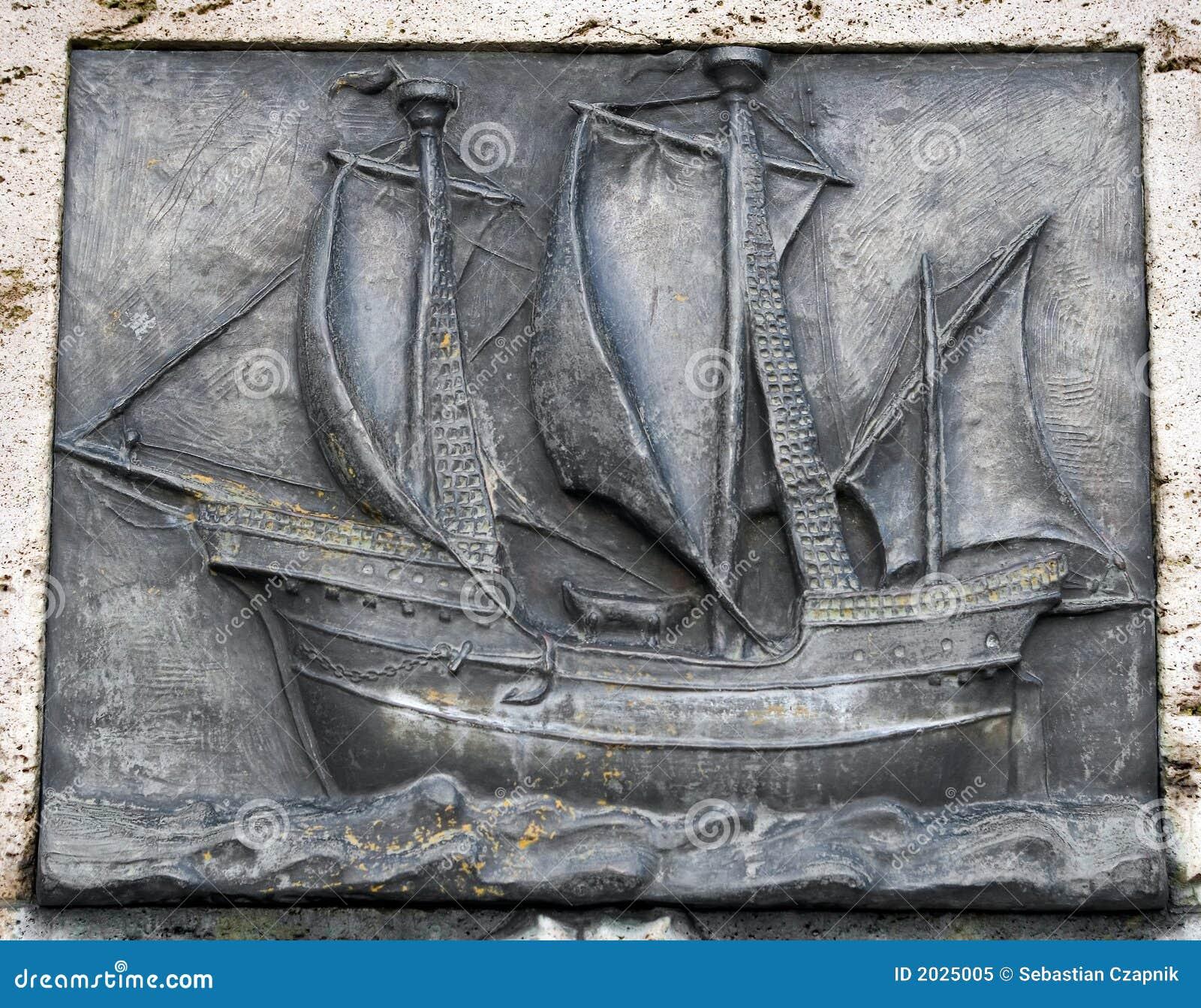 Oud, vlak beeldhouwwerk van een schip,